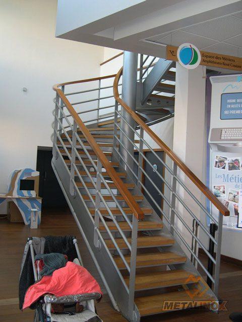 Escalier tournant avec marches bois ERP - Bâtiments & Sécurisation d'espaces - METALINOX 2