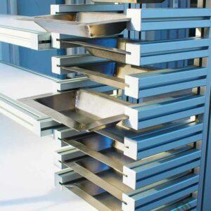 Poste de travail + 3 niveaux de pose + plateau PEHD + bacs amovibles + étau multi-angles - 7 - METALINOX