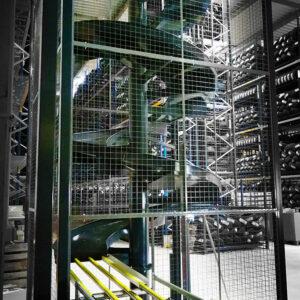Toboggan_industriel_3-niveaux-avec-table-de-réception-convoyage-grille-de-protection-4-METALINOX