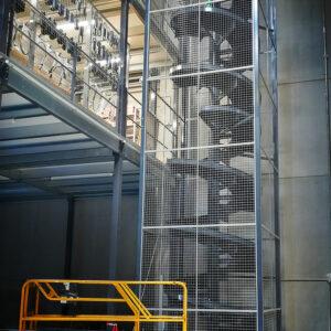 Toboggan_industriel_3-niveaux-avec-table-de-réception-convoyage-grille-de-protection-7-METALINOX