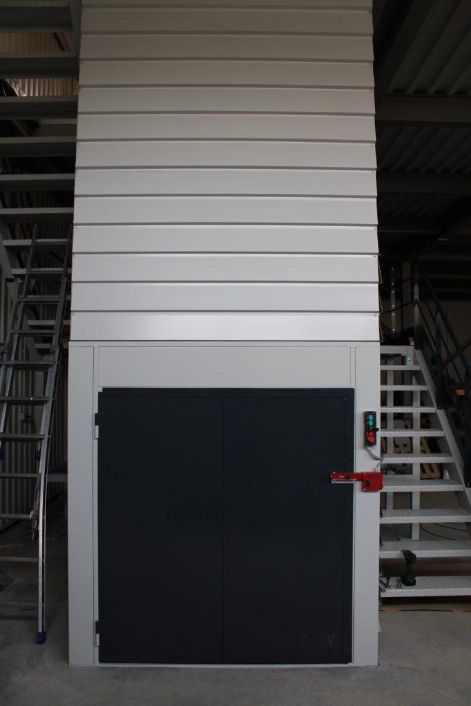 METALINOX - Monte-Matériaux avec escalier quart tournant bi-couleurs-072019 (5)