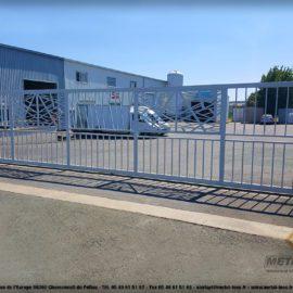 Portail-industriel-RAL7035-grande-longueur-avec-décor-METALINOX